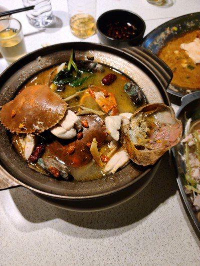氣溫驟降熱呼呼的火鍋滿足口腹之欲,但常吃海鮮、肉類等高普林火鍋,會導致痛風發作。...
