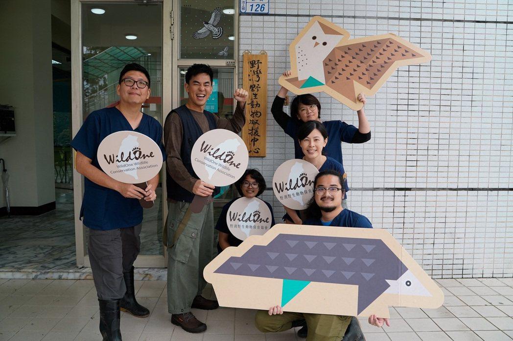柯有倫(左二)護送野生保育類動物返回森林野放。圖/玩樂工業提供