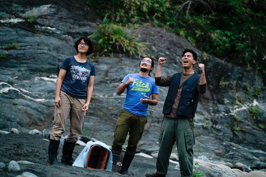 柯有倫(右)護送野生保育類動物返回森林野放。圖/玩樂工業提供