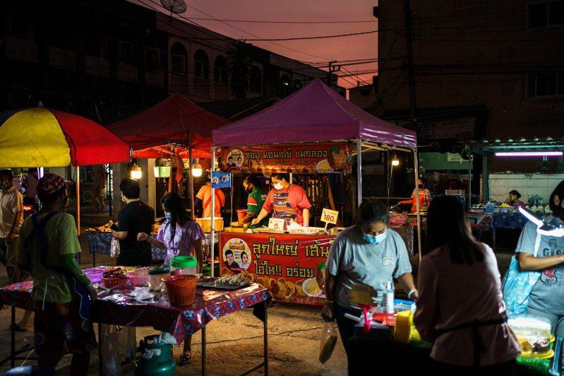 泰國旅遊業今年受新冠肺炎疫情影響較大,為促進復甦,泰國內閣會議決定將中國農曆新年訂為國定假日。圖為曼谷民眾在市集購物。路透社