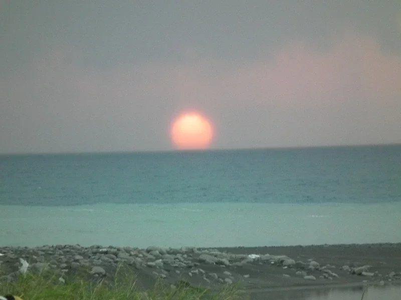 從大武國家森林步道的觀海平台,能清楚目睹太陽從海平線上緩緩升起。 圖/尤聰光 攝...