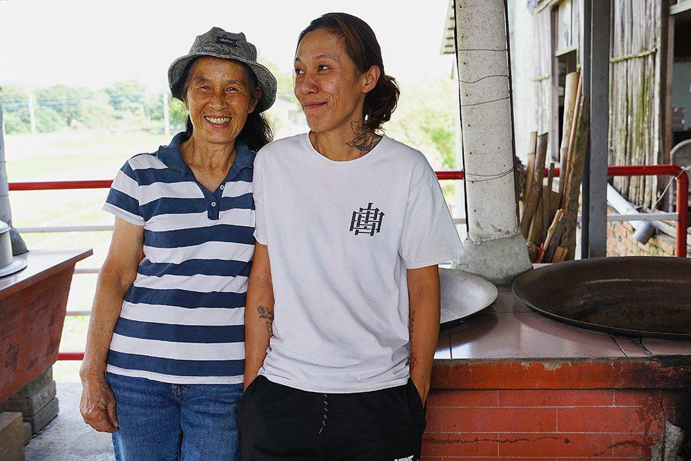 林滿金和二女兒邱嘉毓堅持手工製作柴燒年糕,傳遞阿嬤的古早味。 圖/Cindy L...