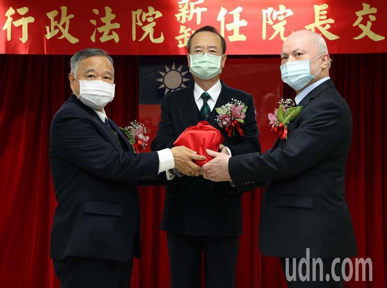 在司法院長許宗力(中)監交下,吳明鴻(右)從藍獻林(左)手中接下高行政法院院長。記者林澔一/攝影