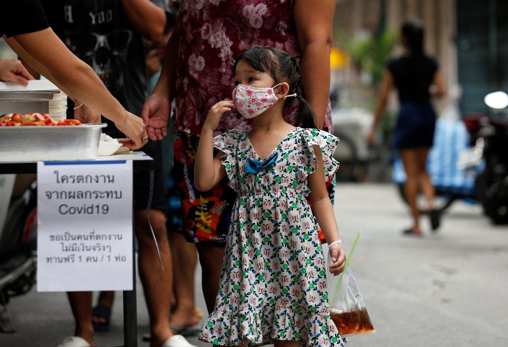 隨著泰國疫情爆發,許多工廠停工、移工家庭失去收入,必須依靠慈善團體發配物資與食物...
