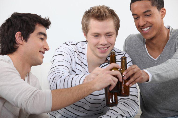 適量飲酒保護心血管?研究證據不支持。圖/ingimage