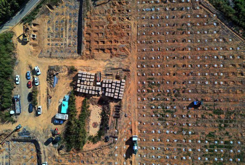一年內,綠地變黃土。已通過苗栗縣府核准的19案光電場之一,正如火如荼趕工中,西湖山坡上打滿金屬樁。