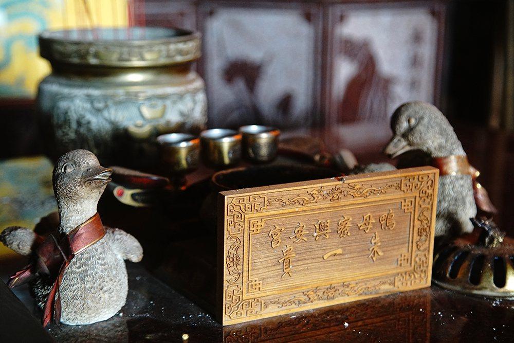 興安宮供桌供奉著木鴨與鴨蛋,看起來相當有趣。  圖/曾信耀 攝影