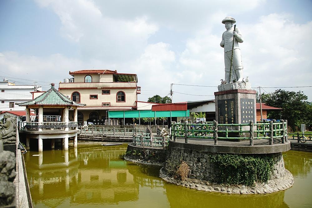 全台最大的「鴨母王」朱一貴石雕像高15尺1吋,矗立養鴨池中央。  圖/曾信耀 ...