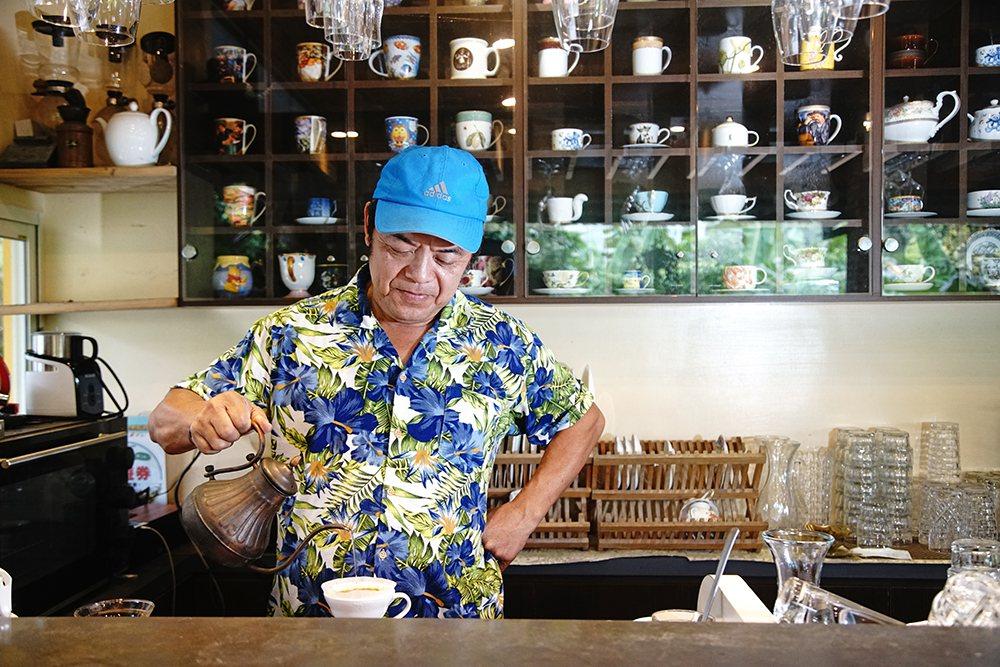 客人稱呼「館長」的羅玉厚說,手沖咖啡的龍眼咖啡風味最迷人。 圖/曾信耀 攝影