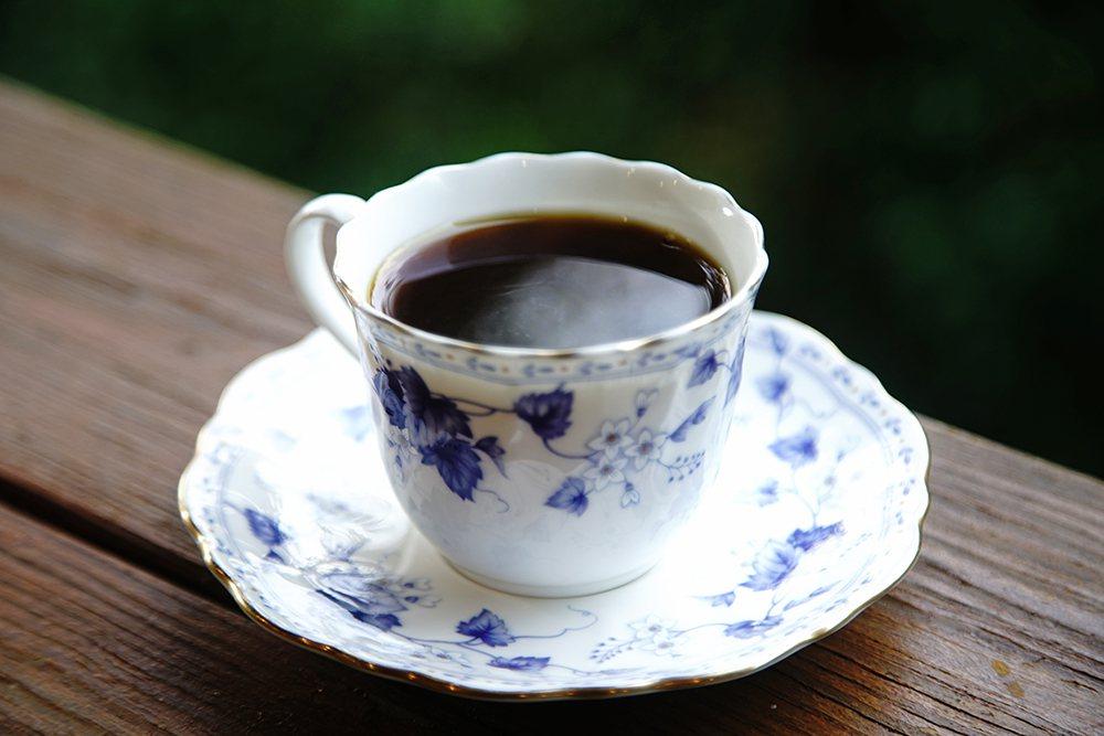 老三咖啡館自種自烘的咖啡有「龍眼咖啡」之稱,咖啡透著龍眼果香餘韻。  圖/曾信...