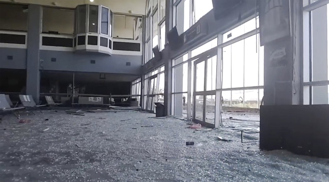 亞丁機場爆炸後的滿目瘡痍。目前已知其中3名死者,是「國際紅十字會與新月會」在亞丁...