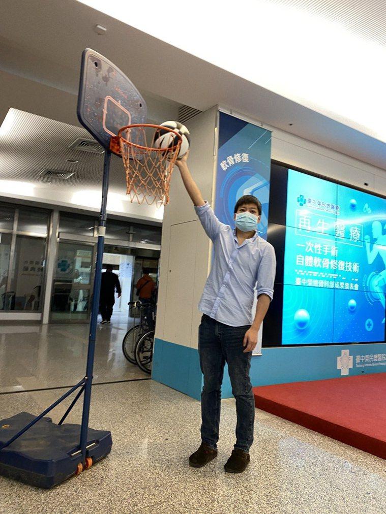 醫師張捷凱接受台中榮總自體軟骨修復微創手術後恢復情況良好,如今重回球場打球。記者...