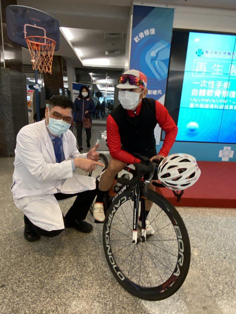 醫師陳超平(左)說明,從事機械業單車族愛好者(右)經接受手術後重拾騎車樂趣。記者...