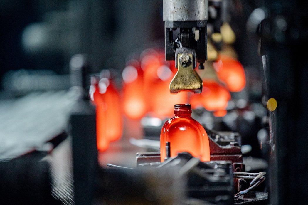 茶籽堂與華夏玻璃合作,每個油瓶都經過仔細的調校製作而成。 圖/茶籽堂提供