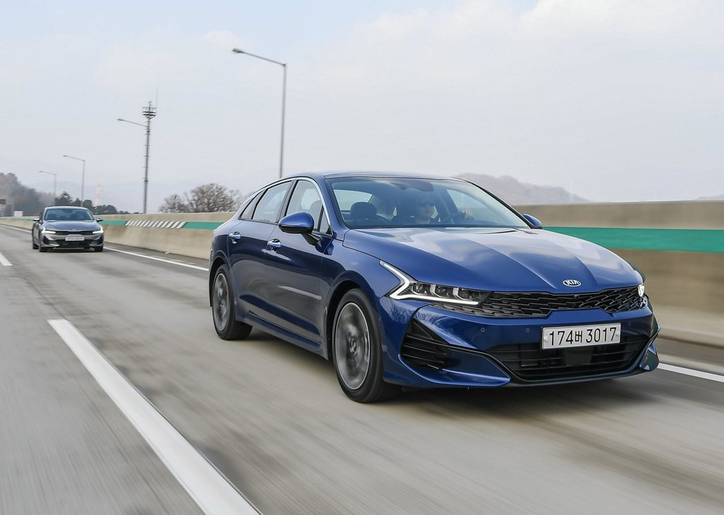 Kia K5今年在韓國銷量大幅超越了同集團的兄弟車Hyundai Sonata。...
