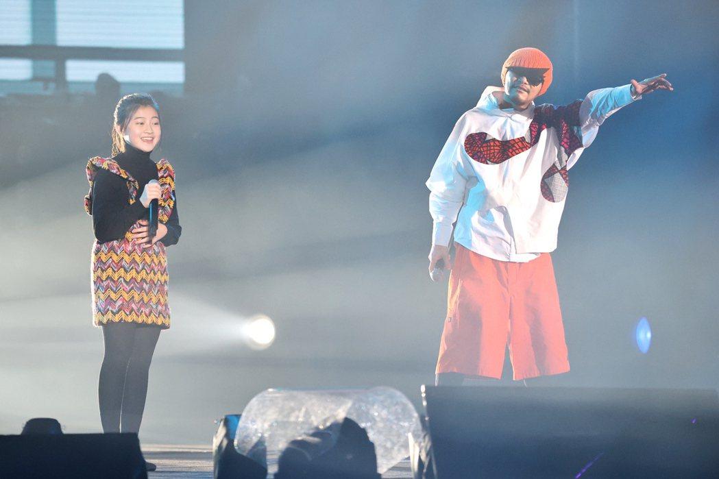 黃明志(右)與蓋兒(左)演唱。記者林伯東/攝影