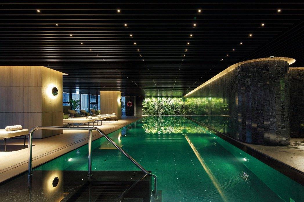 「麗晶花園廣場」擁有溫水游泳池等十項飯店等級奢華休閒公設。