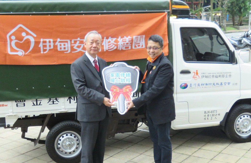 臺灣產物保險總經理宋道平(左)將代表捐贈車輛的鑰匙,交給伊甸社會福利基金會副執行...