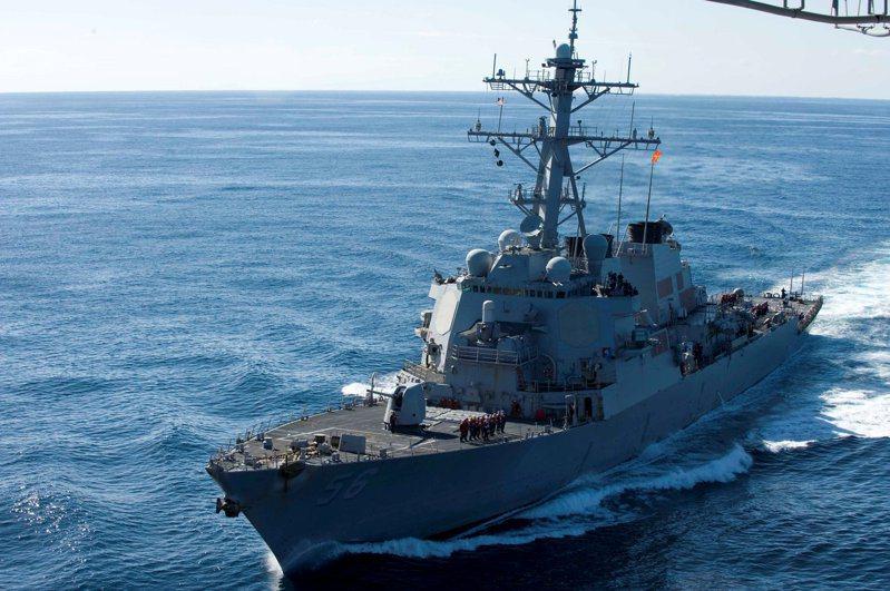 美國飛彈驅逐艦馬侃號。路透