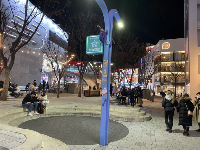 韓國疫情升溫,民眾為防疫只能待在家中,圖為首爾鬧區弘大街頭人潮稀少。中央社