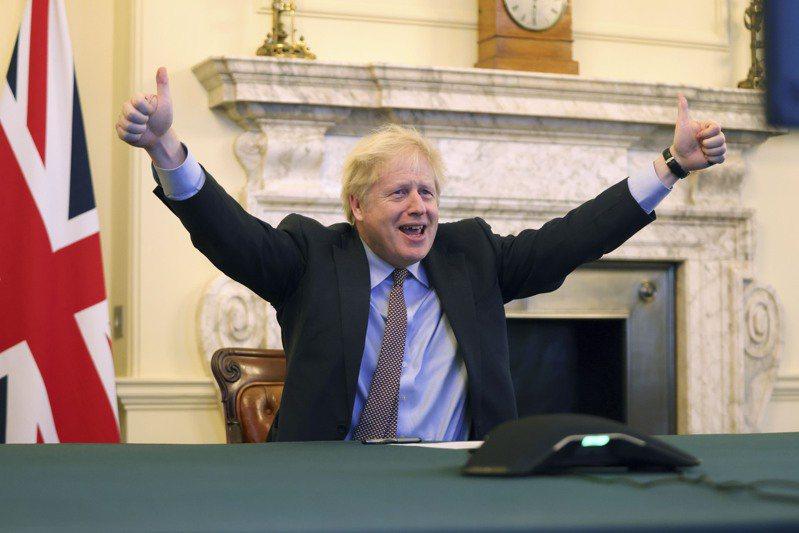 英國在24日跟歐盟達成脫歐貿易協議後,首相強生高舉雙臂開心比讚。新華社