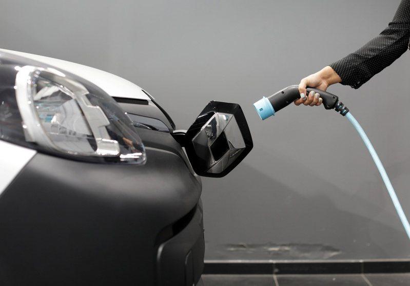 今年全球電動車銷量約286萬輛,預估明年會大增至約458萬輛,成長幅度超過50%。路透