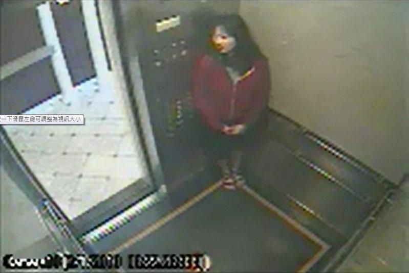 藍可兒曾縮在電梯角落,似乎在躲避什麼。圖/洛杉磯市警察局提供