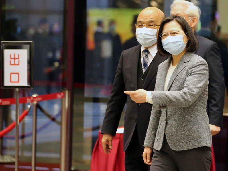 蔡英文總統(右)與行政院長蘇貞昌(左)本月21日出席全國科技會議開幕,進場時兩人互互動熱絡。圖/聯合報系資料照片