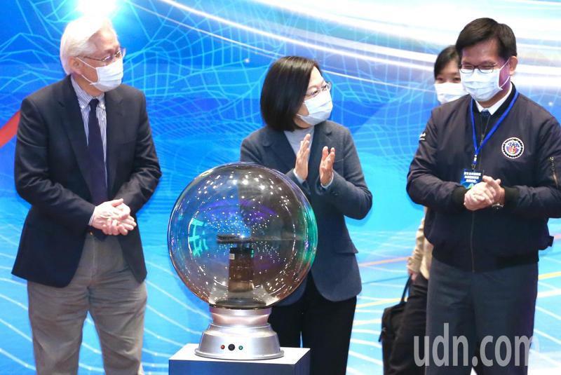 蔡英文總統(左二)、交通部長林佳龍(右一)、科技部長吳政忠(左一),上午出席「民生公共物聯網海纜觀測系統」啟用儀式。記者林俊良/攝影