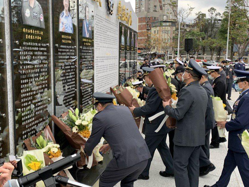 國防部上午舉行「0102-『永遠的英雄、無盡的思念』」緬懷活動,由將領、家屬紀念今年初黑鷹直升機墜機事件中殉職的故參謀總長沈一鳴等八位將士。 記者洪哲政/攝影