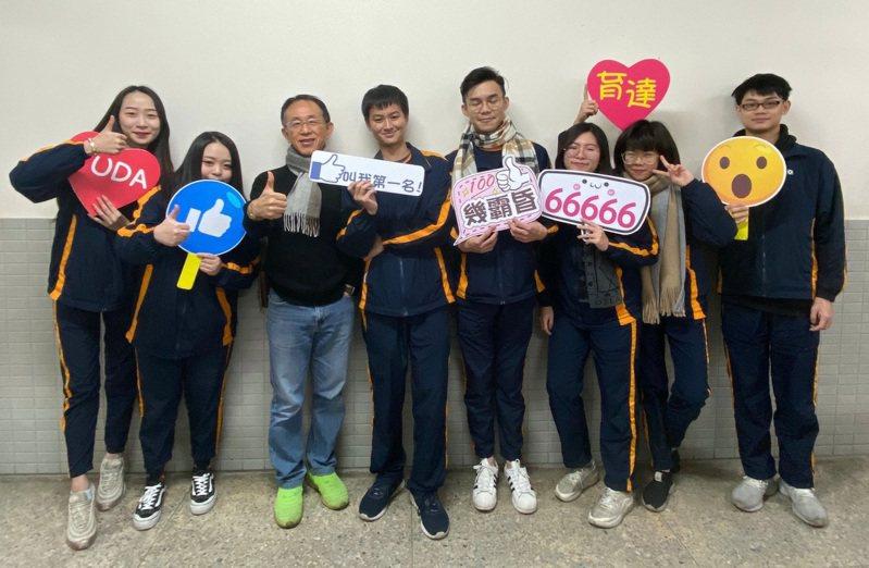 陳皓揚錄取三所大學,同學為他高興。圖/私立育達高中提供
