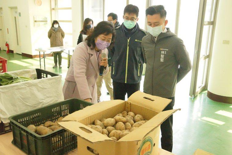 新竹市長林智堅(右)今天到內湖國中訪視學生用餐情形,關心食材驗收步驟。圖/市府提...