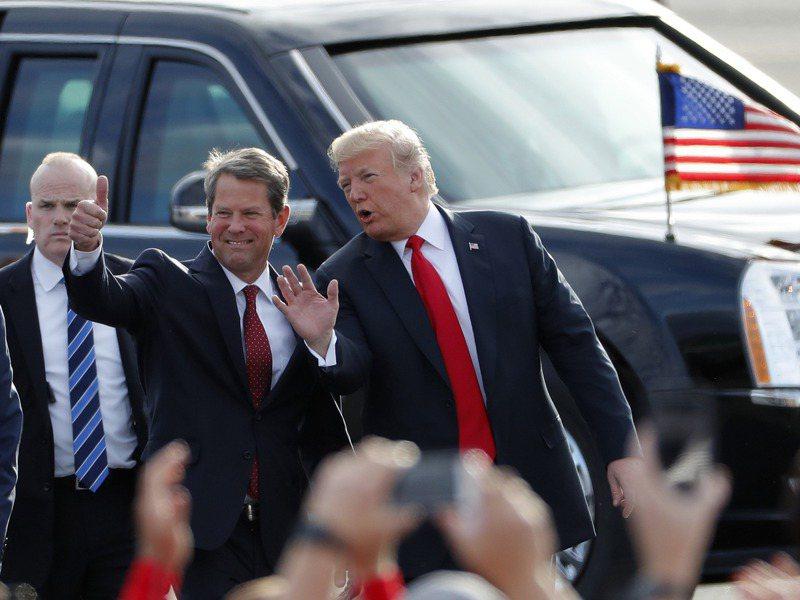 美國總統川普(右)近日指喬治亞州州長坎普對選舉舞弊毫無作為,應該辭職下台。圖為坎普2018年競選州長時,川普前去喬州梅肯市,幫坎普助選。美聯社