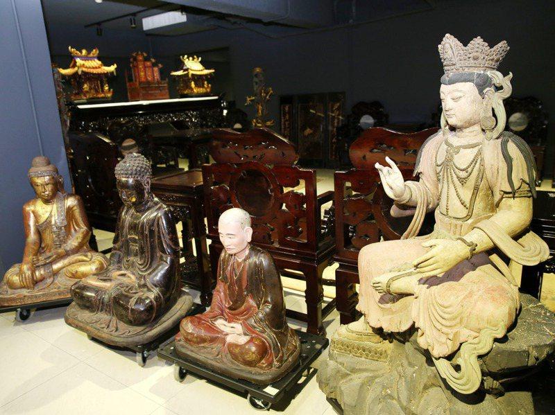 潘思源的骨董收藏,圖為木製神像。記者邱德祥/攝影