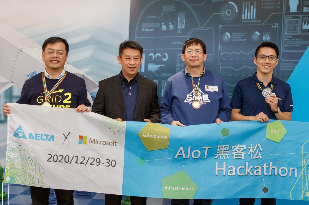 台達執行長鄭平(左二)與得獎團隊代表合影,肯定團隊在競賽的過程中充分體現了台達「...
