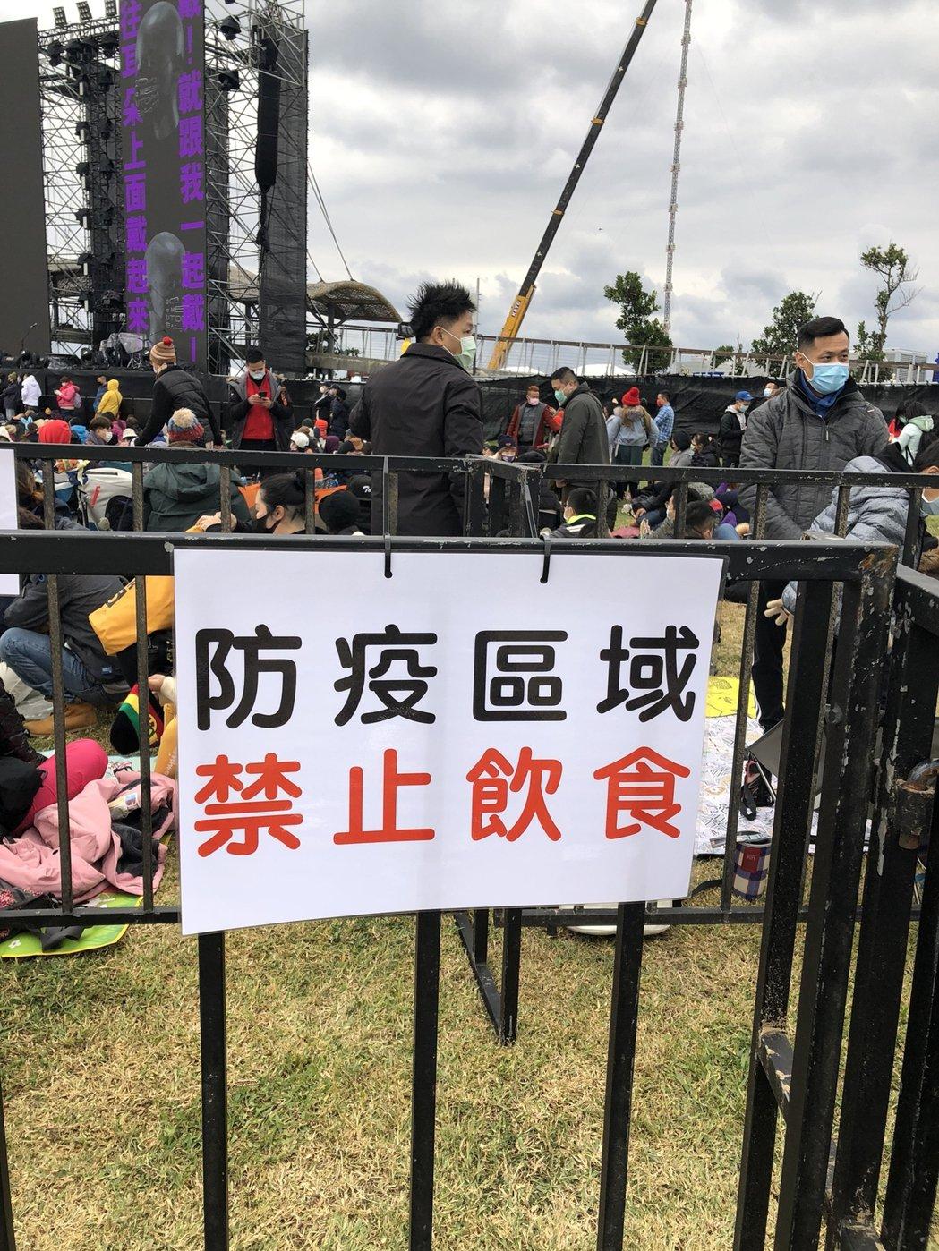 阿妹演唱會的觀眾席有多處警語標誌。記者林士傑/攝影