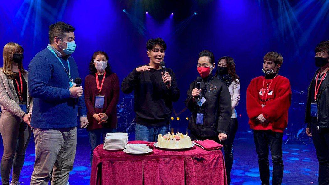郭彥均(左4)上星夢郵輪主持跨年活動。圖/郭彥均提供
