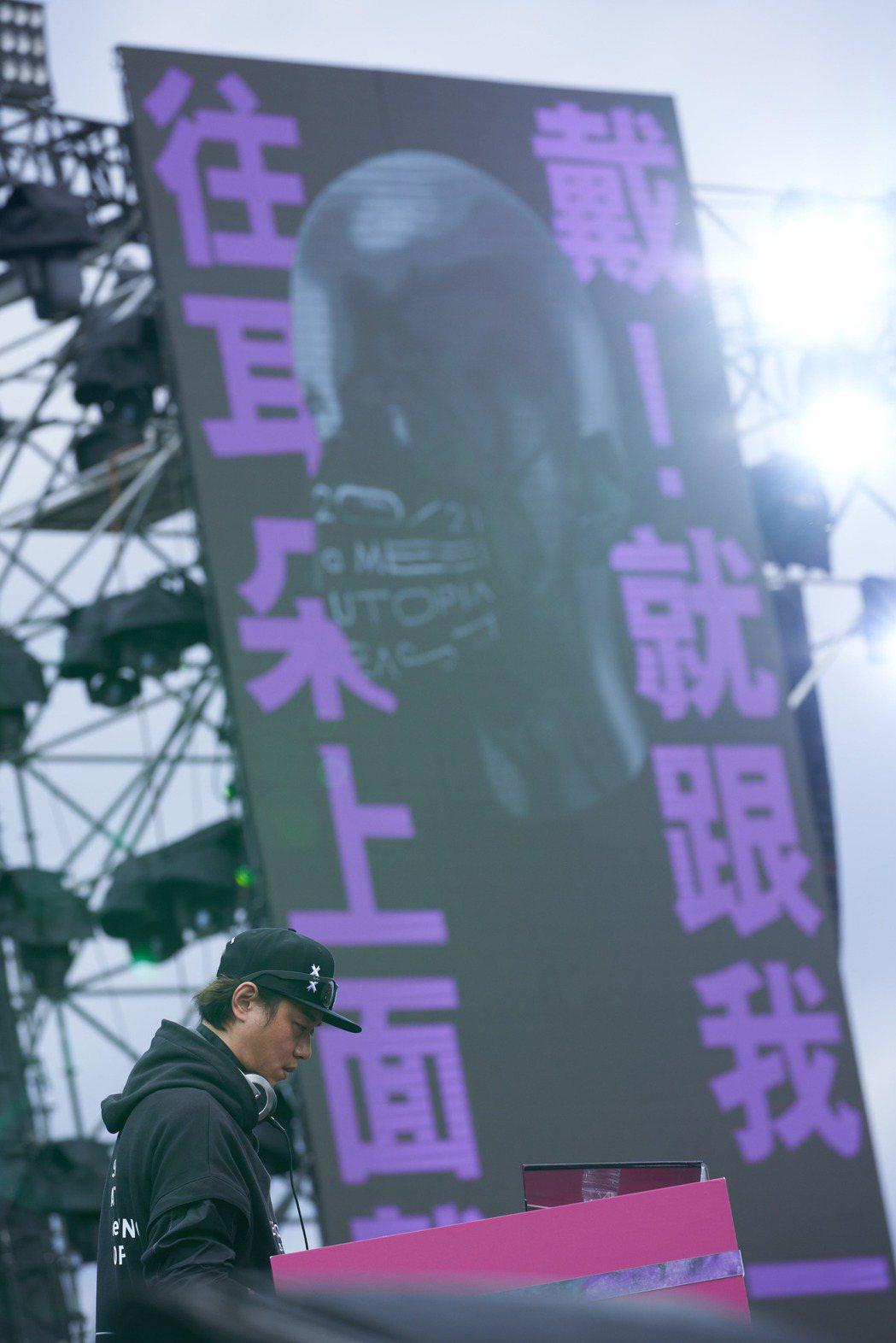 張惠妹男友Sam帶來DJ秀,為跨年演唱會熱烈開場。圖/聲動娛樂提供