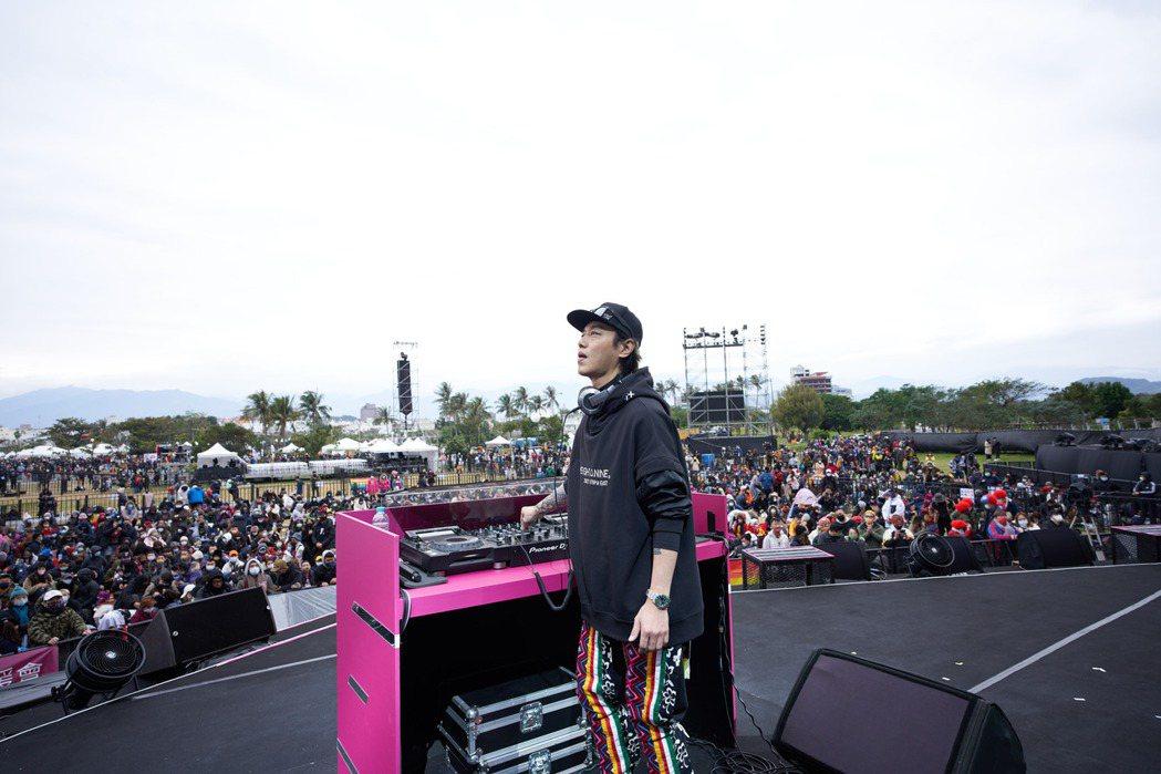 張惠妹男友Sam帶來精彩的DJ秀,歌單相當多元。圖/聲動娛樂提供