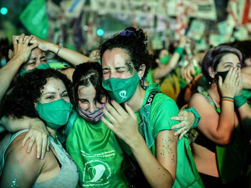 阿根廷參議院30日凌晨投票通過墮胎合法化,首都布宜諾斯艾利斯街頭的支持者歡欣鼓舞。法新社