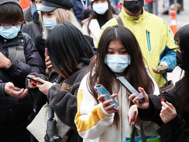 台北市許多民眾昨天下午三點前就在現場排隊等候進場聆聽跨年演唱會。記者潘俊宏/攝影