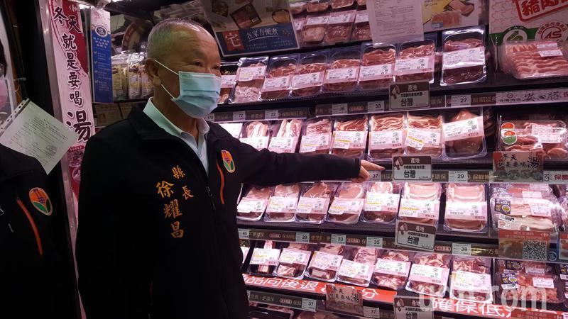 苗栗縣長徐耀昌中午會同縣衛生局視察苗栗市家樂福大賣場的豬肉包裝食品及生鮮肉品標示原產地的情形。記者胡蓬生/攝影
