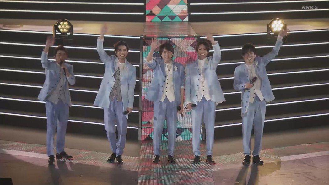 「嵐」(ARASHI)正在東京巨蛋舉辦休團前最後一場演唱會,以連線形式亮相NHK...