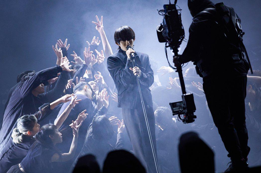 林宥嘉演唱到「慢一點」時,悠悠走入「小事製作」舞團的18位舞者群中。圖/華研國際...
