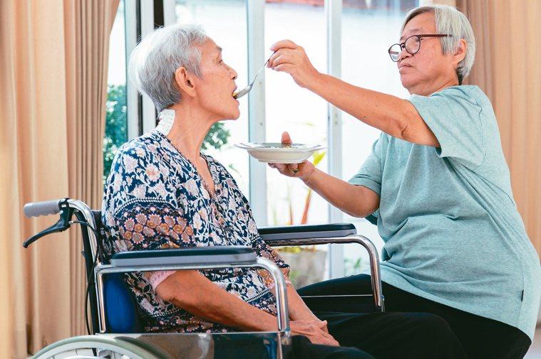 長照的長者、肌少症患者,沒有三高或肝腎功能正常,可採取高蛋白質飲食。圖╱12...
