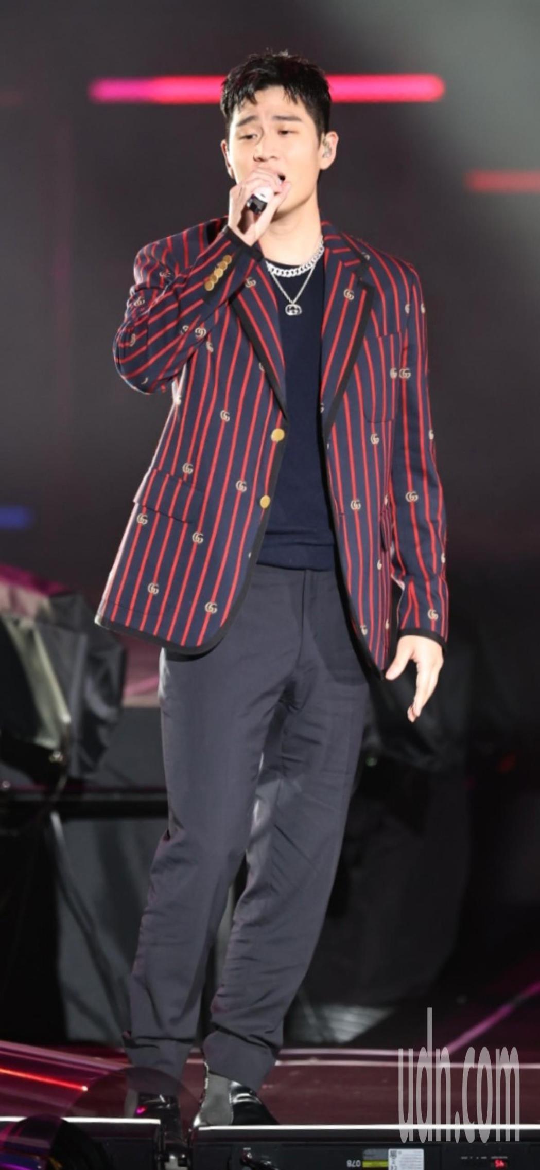 周興哲在「臺北最High新年城-2021跨年晚會」演唱。記者侯永全/攝影