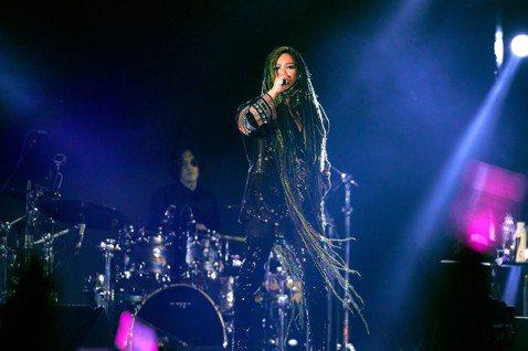 張惠妹(阿妹)今晚在台東海濱公園,舉行「BMW M 20/21 aMEI UTOPIA EAST」跨年演唱會,演出集結了歷年4大巡演的精華,首先登場的是「阿密特首次世界巡迴演唱會」,再來感動重現「A...