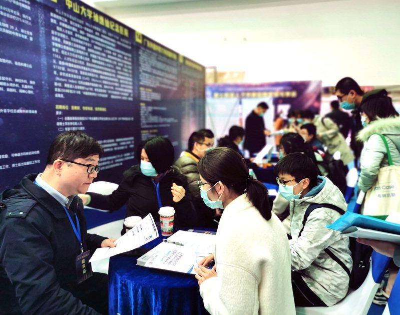 廣州市日前舉辦「2020年博士科研人才供需招聘專場引薦會」,提供2168個工作機會,現場上演「搶人」大戲。(中新社)