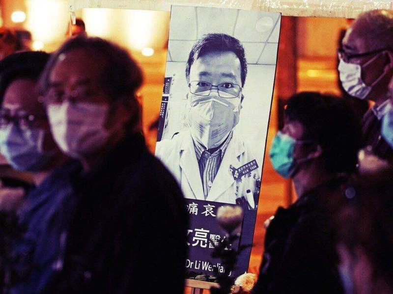 新冠肺炎吹哨者李文亮醫生等人被評為烈士。美聯社