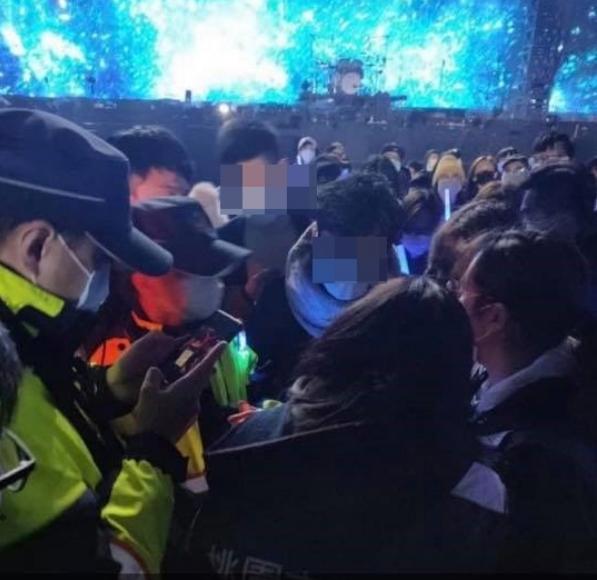 臉書粉絲團PO出觀眾遭衛生局與警方關切的照片。圖/摘自臉書